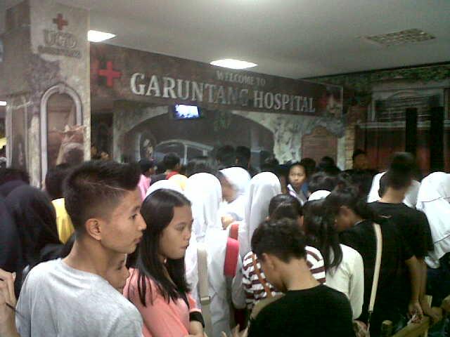 Puluhan remaja mengunjungi wahana Rumah Hantu di Plaza Lotus Bandar Lampung. Foto dibidik Minggu, 1/11/2015. | Andi/Jejamo.com