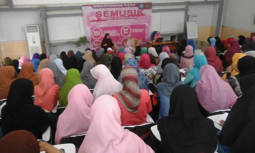 Ratusan mahasiswi Lampung hadir dalam seminar muslimah cantik, Minggu 8/11/2015. | Ist.