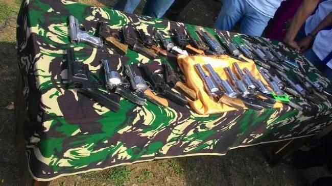 Inilah puluhan senjata api  ilegal yang diserahkan masyarakat Mesuji kepada Danrem 043/Gatam, Kamis 26/11/2015. | Ist.