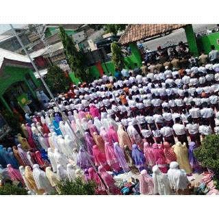 Ribuan siswa MIN 5 Bandar Lampung ikuti salat Istisqa, Selasa 3/11/2015. | Desi/Jejamo.com