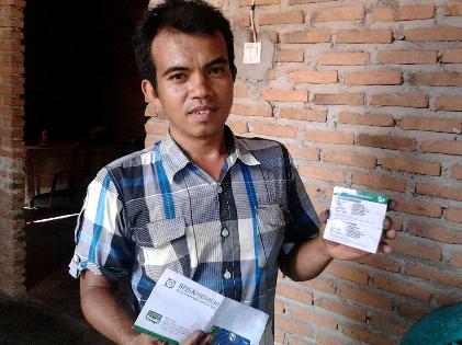 Imam, warga Kelurahan Kedaung,Kemiling Bandar Lampung menunjukan Kartu Indonesia Sehat (KIS) yang baru saja diterimanya, Rabu 18/11/2015. | Sugiono/Jejamo.com