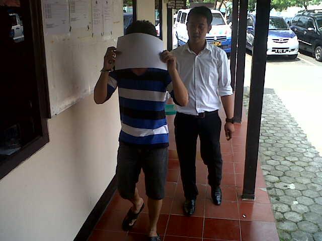 Hendrik Azahri (36), warga Rawa Laut Bandar Lampung digelandang Petugas Satuan Narkoba Polresta Bandar Lampung atas kasus penggunaan Narkoba. | Andi/Jejamo.com