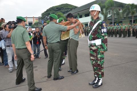 Korem 043 Garuda Hitam (Gatam) Lampung, memecat anggotanya yang terlibat narkoba. Upacara pemecatan dengan tidak hormat itu dilakukan di Markas Komando Korem 043 Gatam, Bandar Lampung, Senin, 28/12/2015 | Andi/jejamo.com
