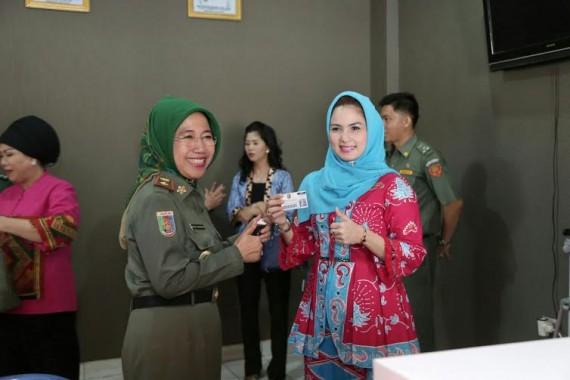 Aprilani Yustin meresmikan ruang audio visual Badan Perpustakaan dan Arsip Daerah Provinsi Lampung, Senin, 14/12/2015 | ist