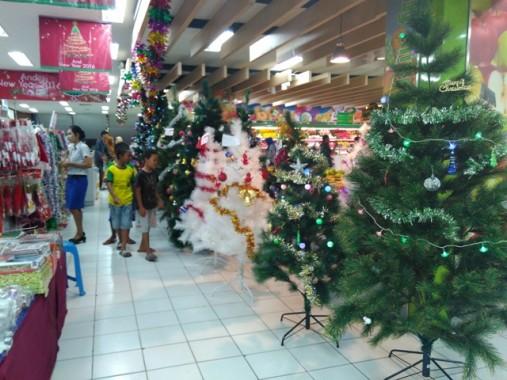 Miris, Karyawan Muslim Ini Tak Risih Kenakan Atribut Natal