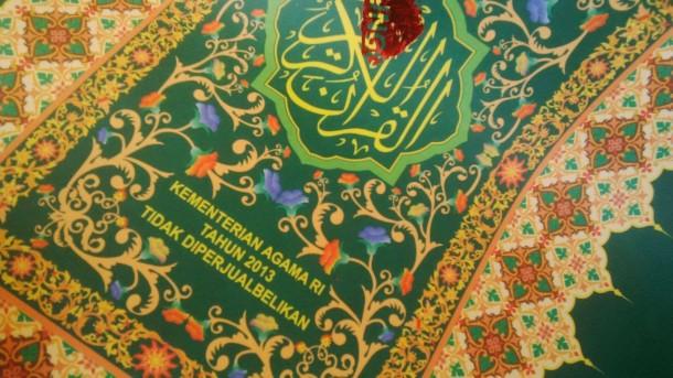 Sampul Alquran yang dibuat bahan pembuat terompet tahun baru di jual di Alfamart, Kendal, Jawa Tengah | ist