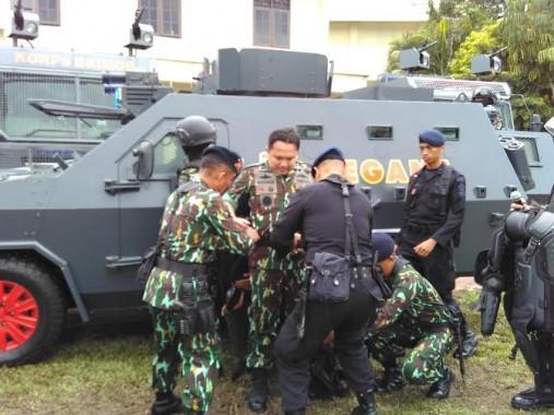 Gubernur Lampung mengenakan seragam Brimob | Andi/jejamo.com