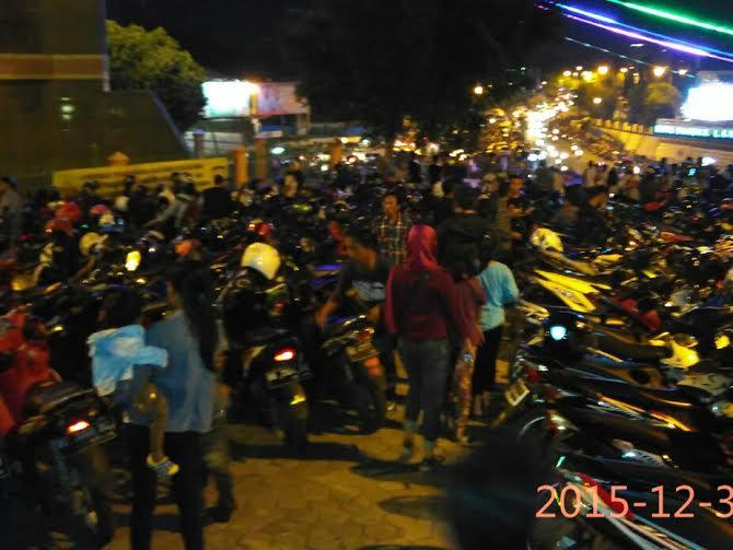 Ribuan warga memadati halaman Masjid Al-Furqon Bandar Lampung, Jalan Pangeran Diponegoro, Lungsir, bertepatan dengan malam pergantian tahun baru, Kamis, 31/12/2015 | Andi/jejamo.com
