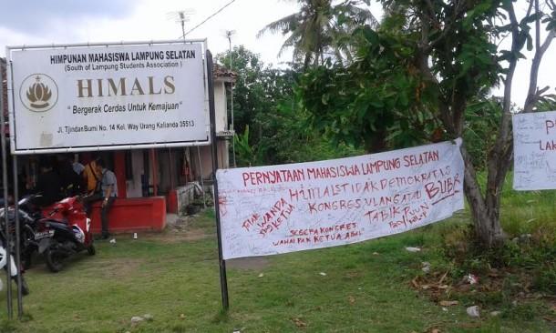 Sejumlah mahasiswa di Lampung Selatan (Himals) menuding bahwa kongres VII Himpunan Mahasiswa Lampung Selatan, yang digelar beberapa waktu lalu menyalahi aturan, Selasa, 29/12/2015 | Heri/jejamo.com