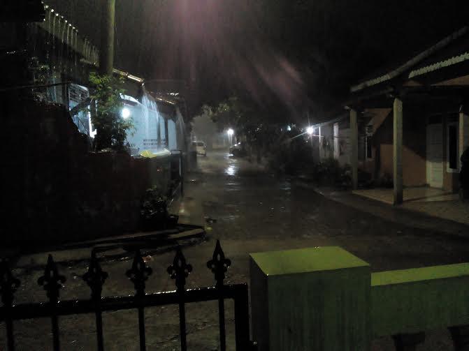Hujan deras melanda kawasan Hajimena, Natar Lampung Selatan, Jumat malam, 25/12/2015 | Adian/jejamo.com