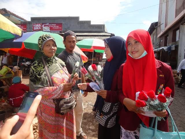 Sejumlah aktivis PC IMM Pringsewu membagikan bunga di pasar kabupaten setempat dalam rangka memperingati Hari Ibu, Selasa kemarin, 22/12/2015. | Istimewa.