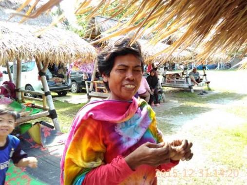 Momen Pergantian Tahun Bagi Penyedia Jasa Sewa Ban di Pantai Mutun