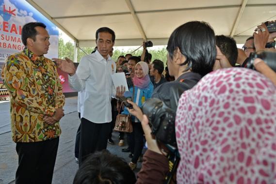 Presiden Jokowi dalam peresmian groundbreaking tol Lampung di Desa Sabahbalau, Lampung Selatan, 30 April 2015. | Tim Media Ridho Ficardo