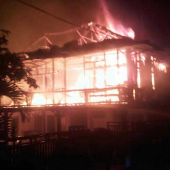 Kebakaran melahap sebuah rumah adat Lampung di Jalan Kesehatan, Kelurahan Pringsewu, tepatnya di Samping Hotel Srikandi, Jumat malam, 18/12/2015 | Kholik/jejamo.com