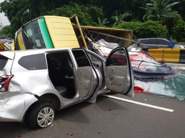 Kecelakaan dahsyat di Tol Jagorawi yang melibatkan enam kendaraan | ist