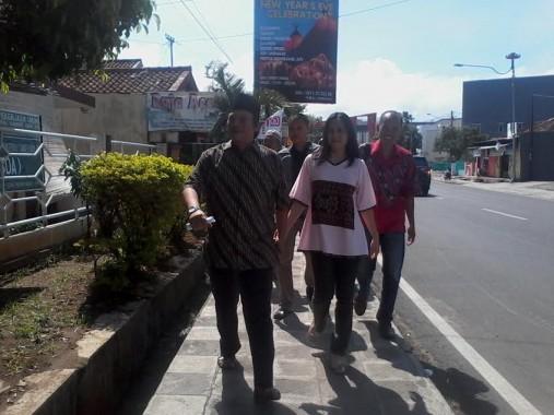Bareng Istri dan Mertua, Calon Wali Kota Bandar Lampung Yunus Jalan Kaki ke TPS
