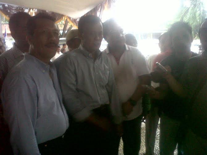 Pairin (tengah) beserta pendukung dan tim pemenangan | Wahyu/jejamo.com