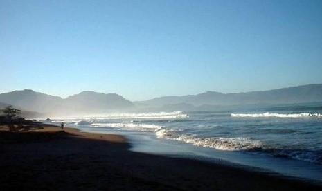 Asyik Selfie Rombongan Santri Terseret Ombak di Pantai Kebonkalapa, Satu Hilang