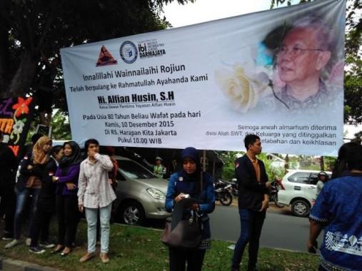 Sejumlah mahasiswa IBI Darmajaya melayat ke rumah duka Alfian Husin di Way Halim, Kamis, 10/12/2015. Mereka juga memasang spanduk penghormatan kepada pendiri kampus tersebut. | Andi Apriyadi/jejamo.com