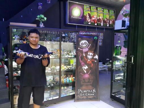 Suji, salah seorang pendiri Pumpkin Cafe di Pringsewu yang menyuguhkan diecast di tempat usahanya, Sabtu, 5/12/2015. | Nur Kholik/Jejamo.com