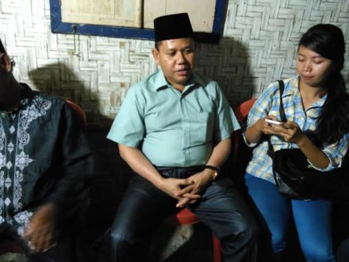Penjabat Wali Kota Bandar Lampung Sulpakar saat bertakziah ke rumah Rusli, pekerja penggali di Bukit Camang yang meninggal dunia karena tertimbun longsor bukit itu,. Sabtu, 5/12/2015. | Andi Apriyadi/Jejamo.com