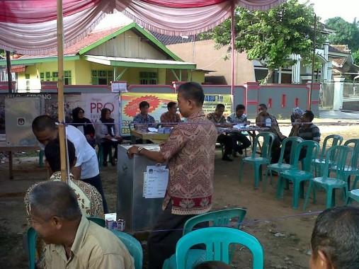 Suasana TPS 8 Sepangjaya Kedaton Bandar Lampung, rabu, 9/12/2015. Petugas pria di TPS ini mengenakan batik. | Widyaningrum/jejamo.com
