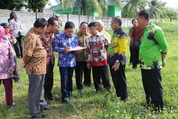 Pj Wali Kota Metro Pantau Lokasi Pembuatan Taman Pengantin