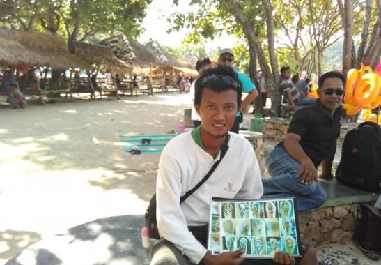 Libur Panjang, Perajin Seni Tato Temporer di Pantai Mutun 'Banjir' Rezeki