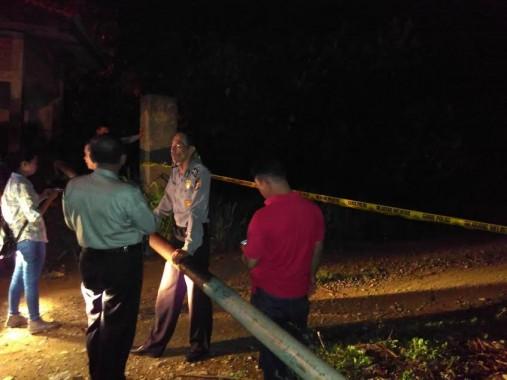 Polisi  memasang garis pembatas di kawasan Bukit Camang usai tewasnya seorang penambang di bukit itu, Sabtu, 5/12/2015. | Andi Apriyadi/jejamo.com