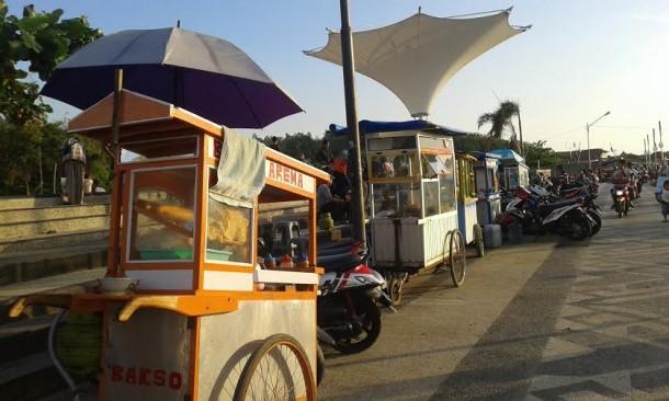 Para pedagang makanan yang biasa mangkal di Dermaga Bom Kalianda, Lampung Selatan | Heri/jejamo.com
