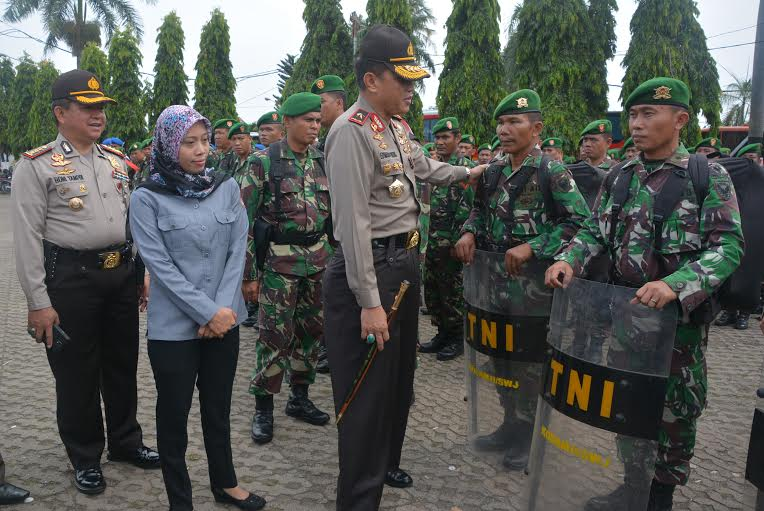 Kapolda Lampung Brigjen Pol. Edwarsyah Pernong apel gelar pasukan pengamanan Pilkada, Senin 7/12/2015. | Ist.