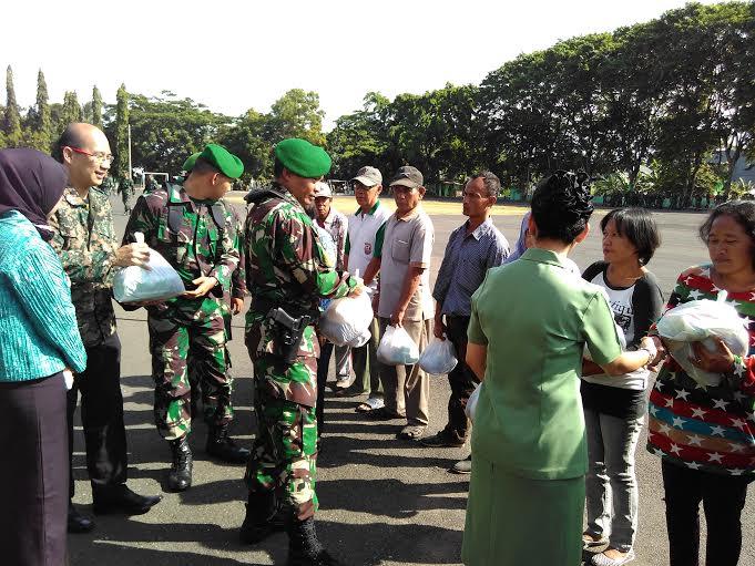 Korem 043/Gatam Bagikan 450 Sembako untuk Warga Bandar Lampung
