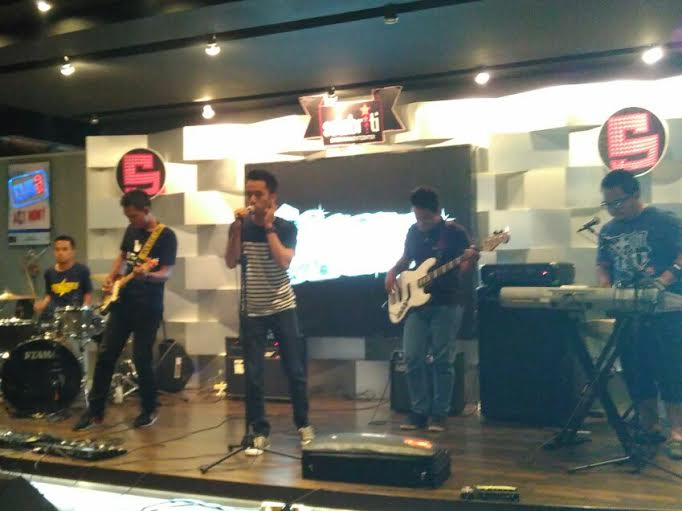 Salah satu penampilan band dalam reuni musisi muda terbaik Lampung di Selebriti Cafe. | Andi/Jejamo.com