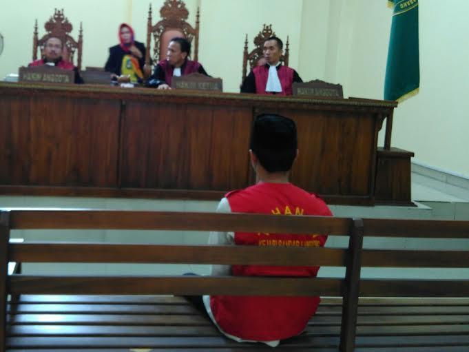 Sudirman (21), saat menjalani sidang putusan dakwaan di Pengadilan Negeri Tanjung Karang, Rabu, 23/12/2015. | Andi/Jejamo.com