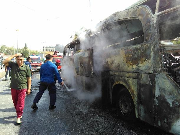Breaking News: Bus Pariwisata Terbakar di Jalan Pramuka Bandar Lampung