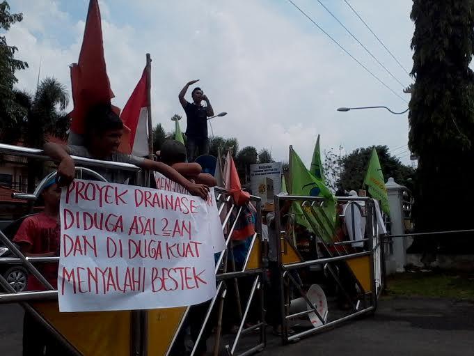 Demo masyarakat menuntut Pemkot Bandar Lampung agar mengevaluasi kinerja Dinas PU, Rabu 3/12/2015. | Sigit/Jejamo.com