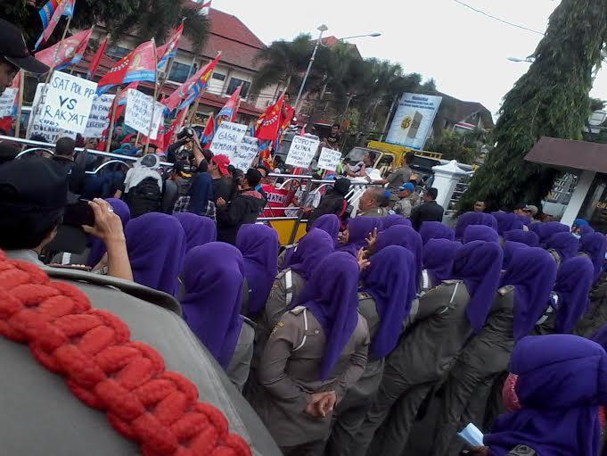 Ratusan Satpol PP Bandar Lampung Hadang Demo Warga