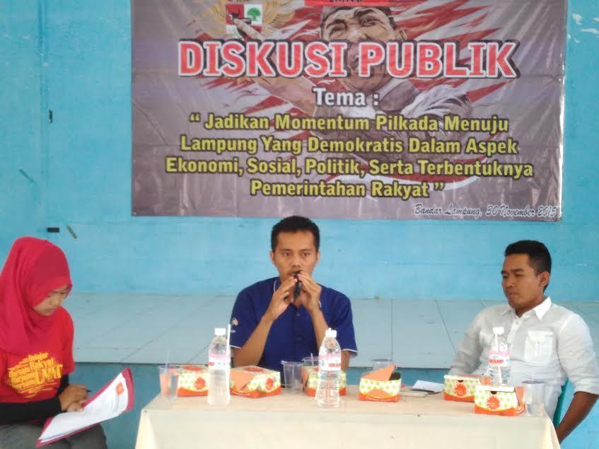 Sekretaris AJI Bandar Lampung, Wandi Barboy Silaban dalam acara diskusi publik Pilkada bersama LMND, Senin 30/11/2015. | Andi/Jejamo.com