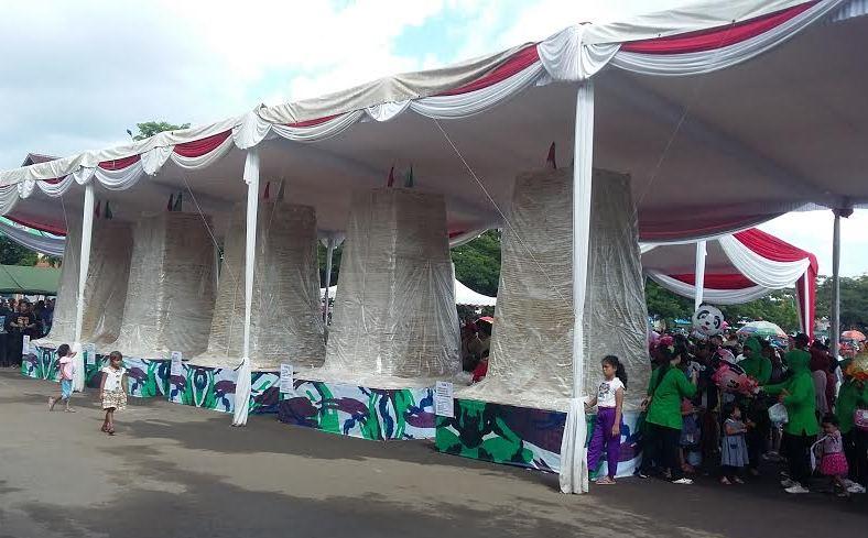 Inilah wujud empek-empek sepanjang 5 Km yang Korem 043/Garuda Hitam untuk memperingati HUT Kodam II Sriwijaya ke-70, Minggu 27/12/2015. | Ist.