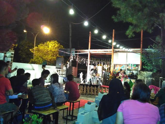 Suasana konser musik penggalangan dana untuk SD Moro Dewe Register 45 Kabupaten Mesuji, Kamis malam 6/12/2015. | Andi/Jejamo.com