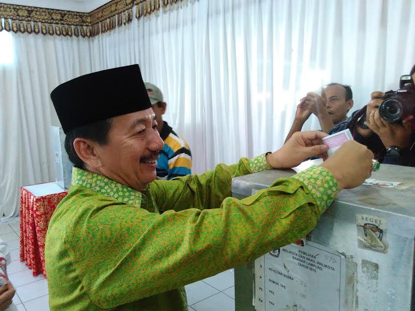 Herman HN memasukan surat suara di TPS 5 Tanjungkarang Pusat Bandar Lampung, Rabu 9/12/2015. | Andi/Jejamo.com