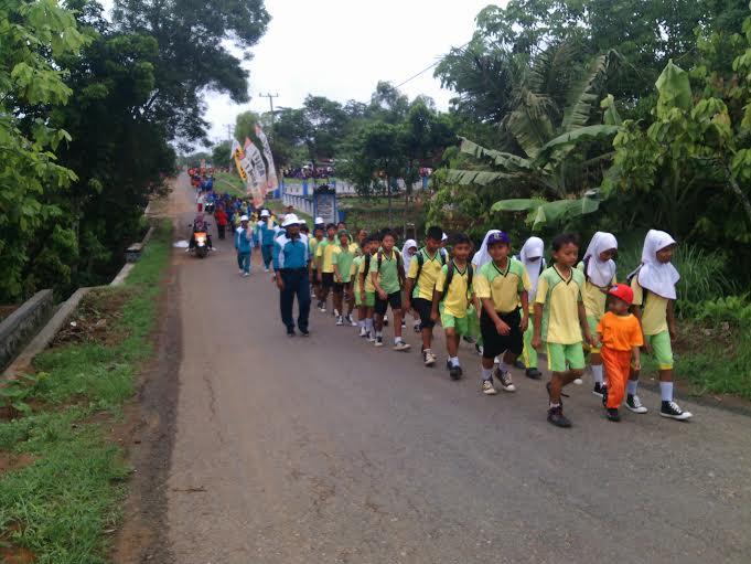Memperingati HUT PGRI ke-70, PGRI kecamatan Way Bungur Kabupaten Lampung Timur mengadakan jalan sehat, Senin 21/12/2015. | Bilqis/Jejamo.com