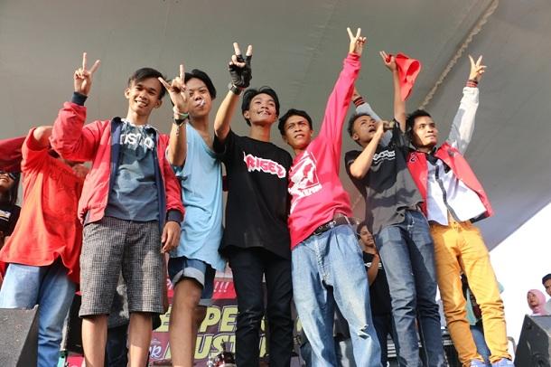 Optimis menang, sejumlah pemuda di Lampung Tengah menggagas konser kemenangan Mustafa-Loekman. | Ist.
