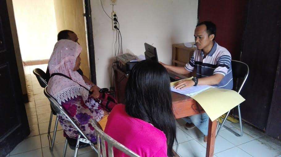 Orang tua Melati saat melaporkan perbuatan Ag di Polsek Abung Barat, Lampung Utara. | Defri/Jejamo.com