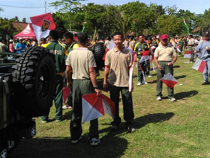 Ratusan personil TNI diterjunkan untuk menerbangkan layang-layang merah putih dalam peringatan HUT ke-70 Kodam II/Sriwijaya, Rabu 23/12/2015. | Andi/Jejamo.com