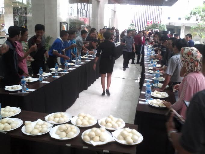 Puluhan peserta meramaikan lomba makan bakpao yang digelar Hotel Horison Bandar Lampung, Minggu 13/12/15. | Widya/Jejamo.com
