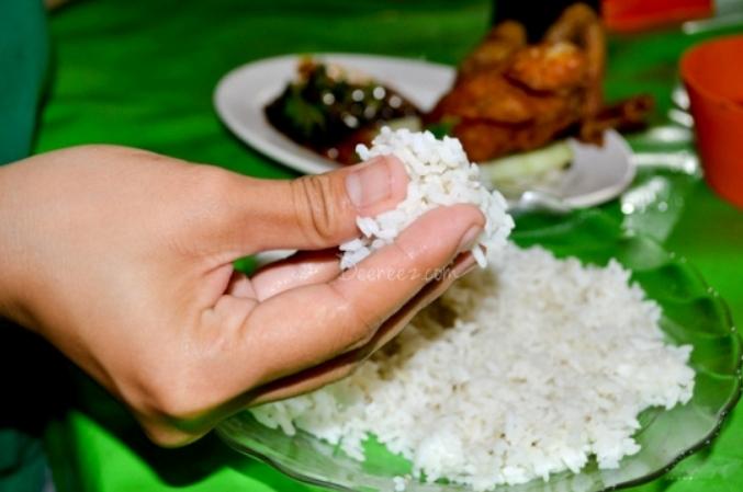 Makan menggunakan tangan kanan menjadi salah satu kebiasaan yang dicontohkan Rasulullah dan terbukti menyehatkan badan (ilustrasi). | Ist.