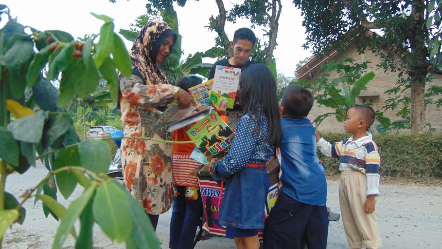 Sugeng Haryono dengan motor pustaka (perpustakaan keliling), mencoba membangun minat baca masyarakat desa Lebungnala, kecamatan Ketapang, Lampung Selatan. | Heri/Jejamo.com