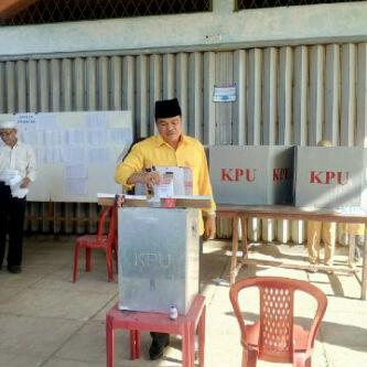 Calon wakil bupati Lampung Tengah nomor urut 4, Musa Ahmad menyalurkan hak suaranya di TPS 23 Yukumjaya Lampung Tengah, Rabu 9/12/2015. | Raeza/Jejamo.com