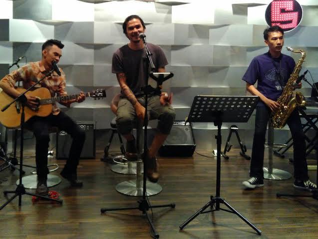 Band De View mengisi acara reguler di Seleberiti Cafe, Kamis malam 24/12/2015. | Andi/Jejamo.com